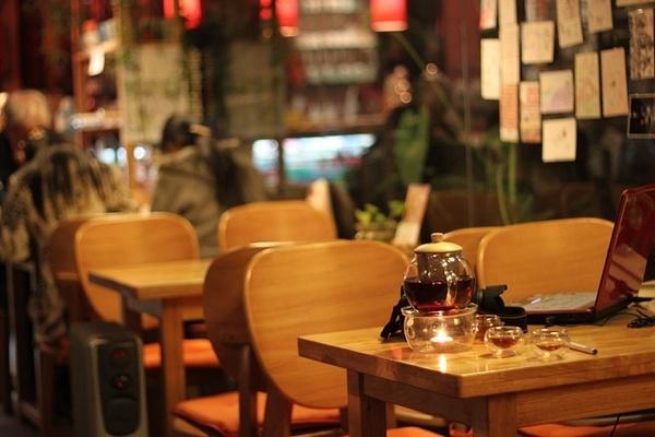 日本の奇妙な光景:カフェの席取り