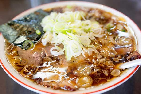 日本の奇妙な光景:音を立てて食事