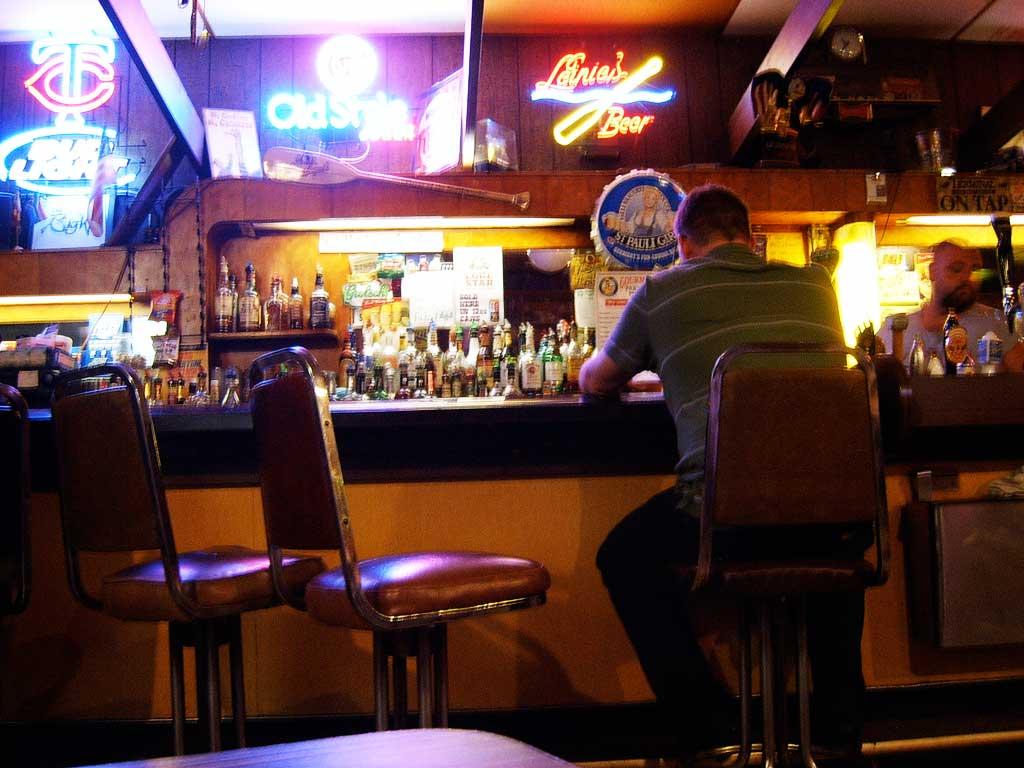 バーで一人飲んでいる悲しい写真