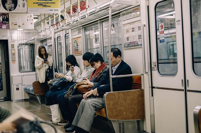 日本の奇妙な光景:電車内で居眠り