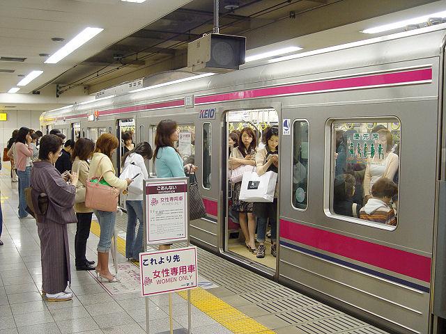 日本の奇妙な光景:電車内の痴漢