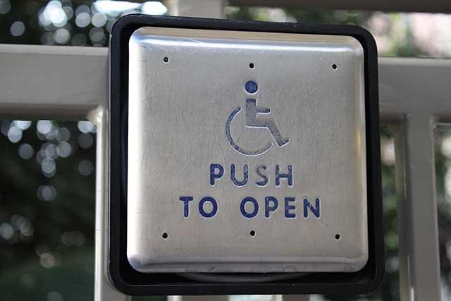 アメリカの常識:ドアを開けるボタン
