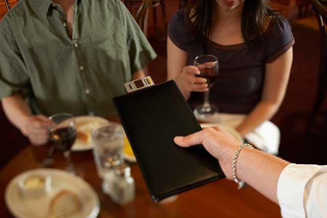 海外旅行で気をつけること:レストランのチップの支払い