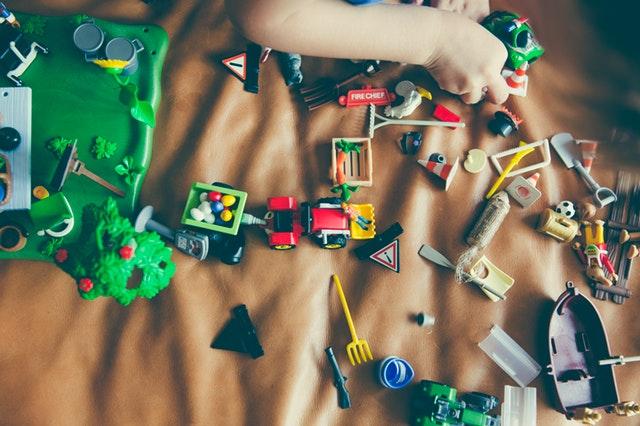 子供のおもちゃ以外のプレゼント:おもちゃの山