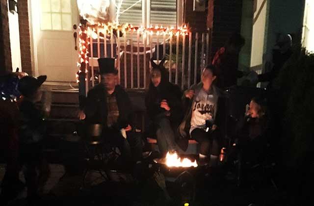 ハロウィンの夜に暖をとる人たち