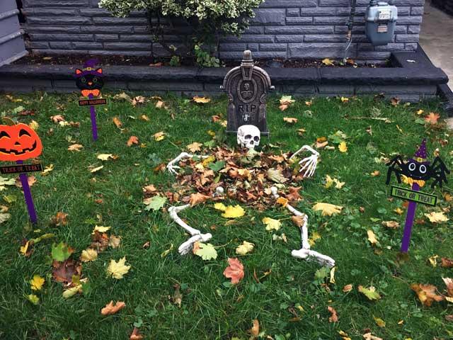 R.I.Pのお墓とガイコツ