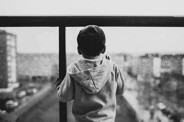 外を見る子供