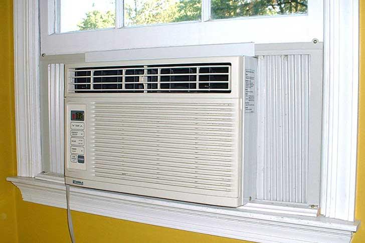 窓に取り付け式の旧式冷房